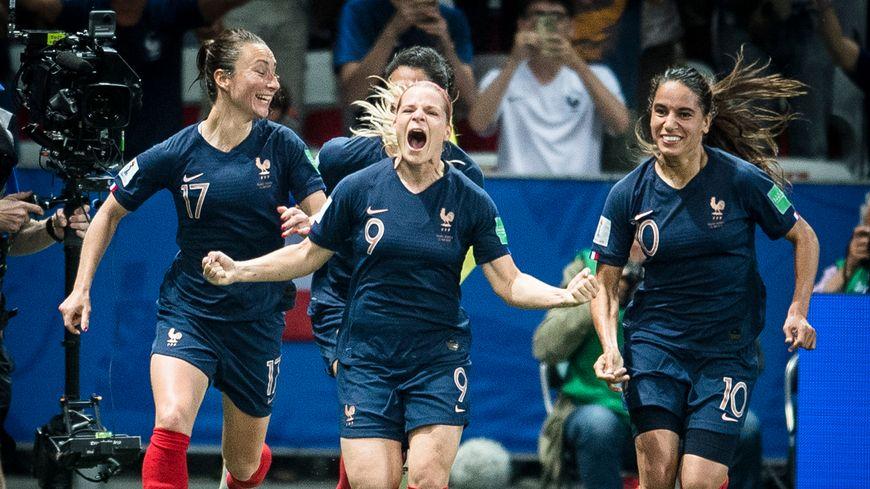 Eugénie Le Sommer célèbre son but, qui donne la victoire à l'Équipe de France contre la Norvège.