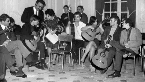 Ida Presti et Alexandre Lagoya au milieu de leurs élèves pendant un cours de guitare classique, à Paris, France, le 17 février 1967