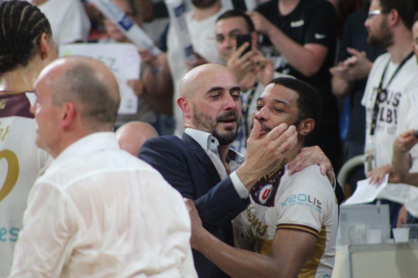 L'entraîneur Germain Castano congratule le meneur orléanais Brandon Jefferson