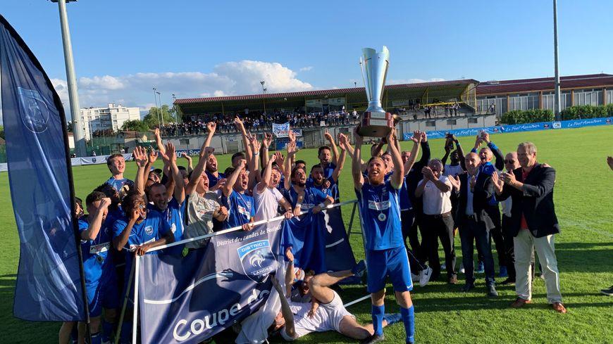 Les joueurs du SPS soulèvent la Coupe des Landes de football