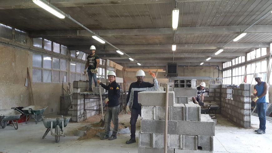 Cinq réfugiés suivent une formation au métier de maçon à l'AFPA Olivet
