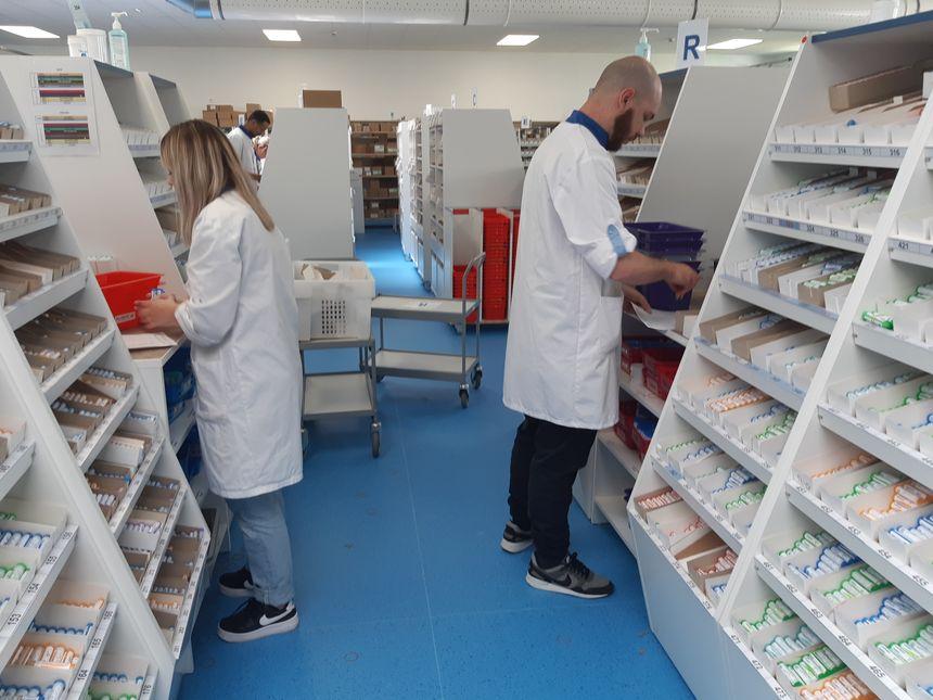 Des salariés de Boiron dans le centre de distribution et de production de Villeneuve d'Ascq, près de Lille