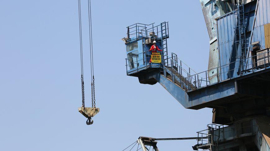 Une vingtaine de militants de Greenpeace occupent les grues de déchargement du port de Sète