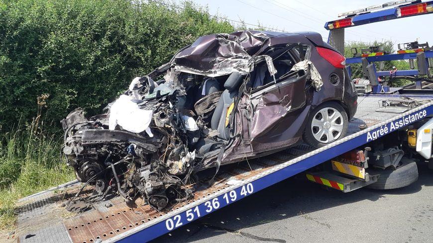L'automobiliste de 19 ans a heurté un poids lourd de face, sur la D160 vendredi après-midi