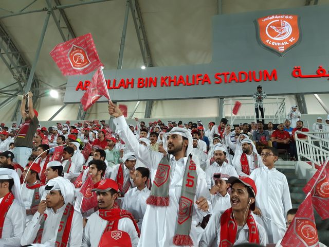 Face à l'équipe de foot saoudienne, des supporters qataris. Les fans de l'autre équipe, ralentis par le blocus dont fait l'objet le Qatar, n'ont pas fait le voyage.