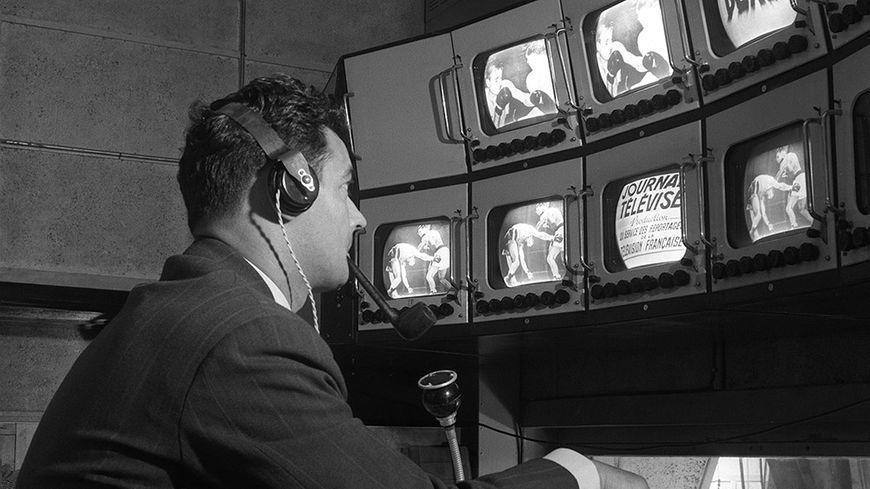 Pierre Sabbagh lance les sujets du journal télévisé en 1951 : le JT a déjà deux ans.