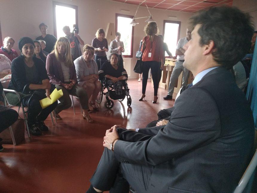Julien Denormandie face aux acteurs associatifs qui pourraient bénéficier du label Cité éducative
