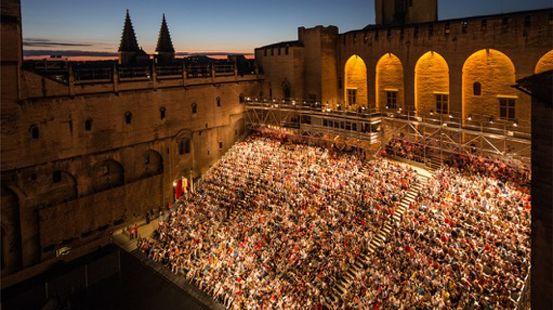 La cour d'honneur un soir du festival d'Avignon