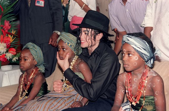 Michael Jackson entouré d'orphelins et d'enfants abandonnés à l'hôtel Intercontinental d'Abidjan, le 16 février 1992.