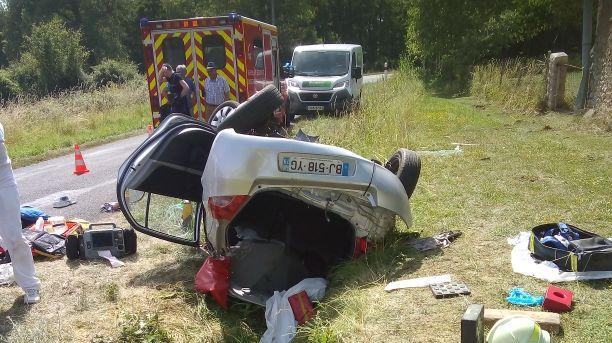 La voiture a fait une sortie de route sur la départementale 170. L'automobiliste est encore à l'intérieur.
