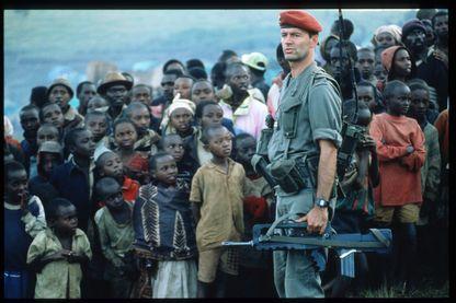 Soldat français devant un groupe de Tutsis dans un camp de réfugiés à la frontière zaïroise en juin 1994