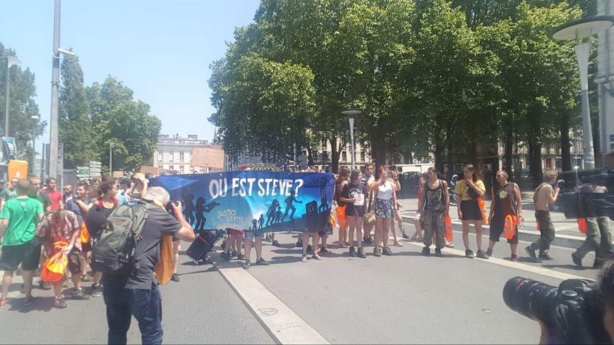 Des centaines de personnes se sont réunies devant la préfecture