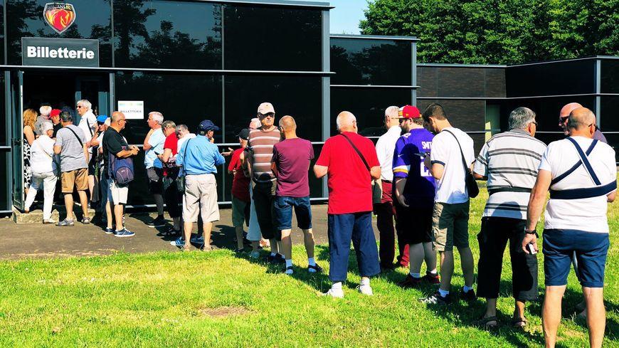 Les fidèles du Mans FC étaient là dès l'ouverture de la billetterie, ce mercredi matin.