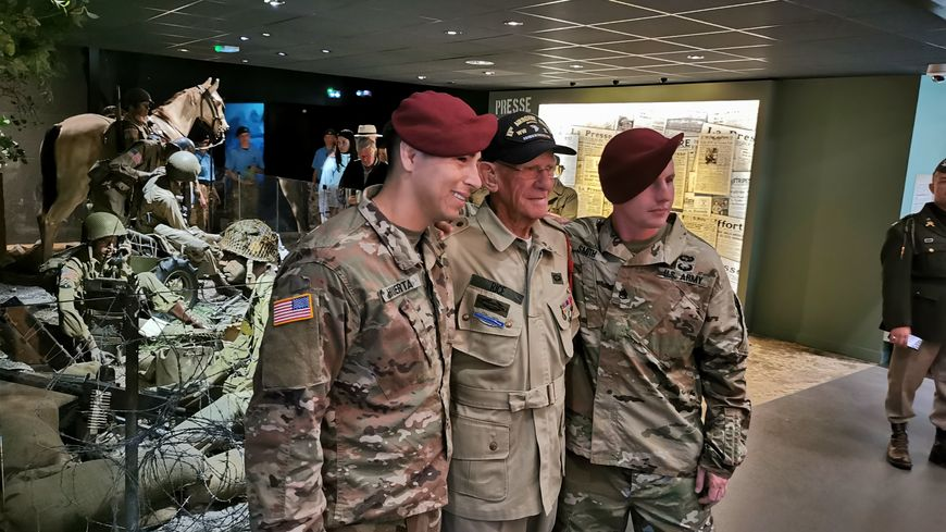 Le vétéran américain a visité l'Airborne Museum de Sainte-Mère-Église, ce lundi 3 juin. De quoi lui rappeler des souvenirs marquants.