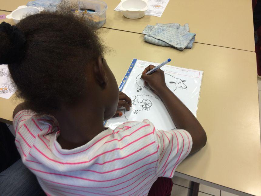 Aïcha, originaire de Centre-Afrique dans sa salle de classe maternelle