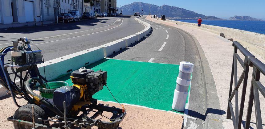 """Les """"derniers coups de pinceaux"""" avant l'inauguration de la piste cyclable sur la Corniche de Marseille, ce dimanche"""