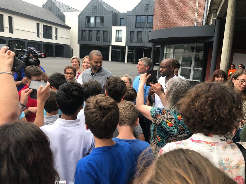 Petit bain de foule avec les élèves... et leurs professeurs, qui voulaient tous une photo avec Tony Parker