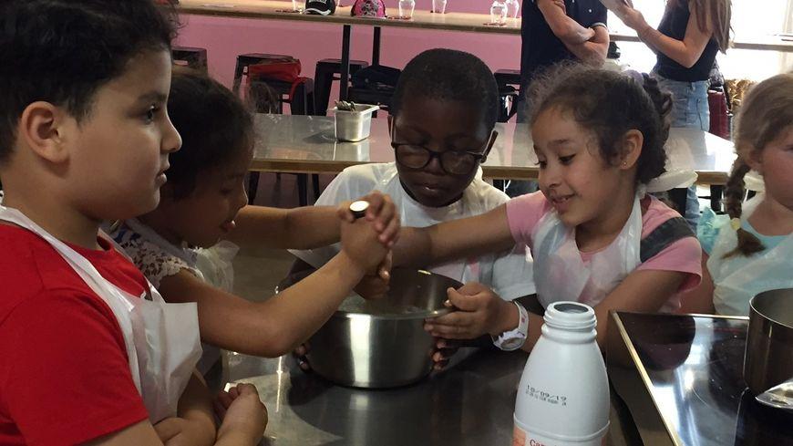 """les élèves de CP de l'école Hozier (2e) préparent une """"panisse crémeuse"""""""
