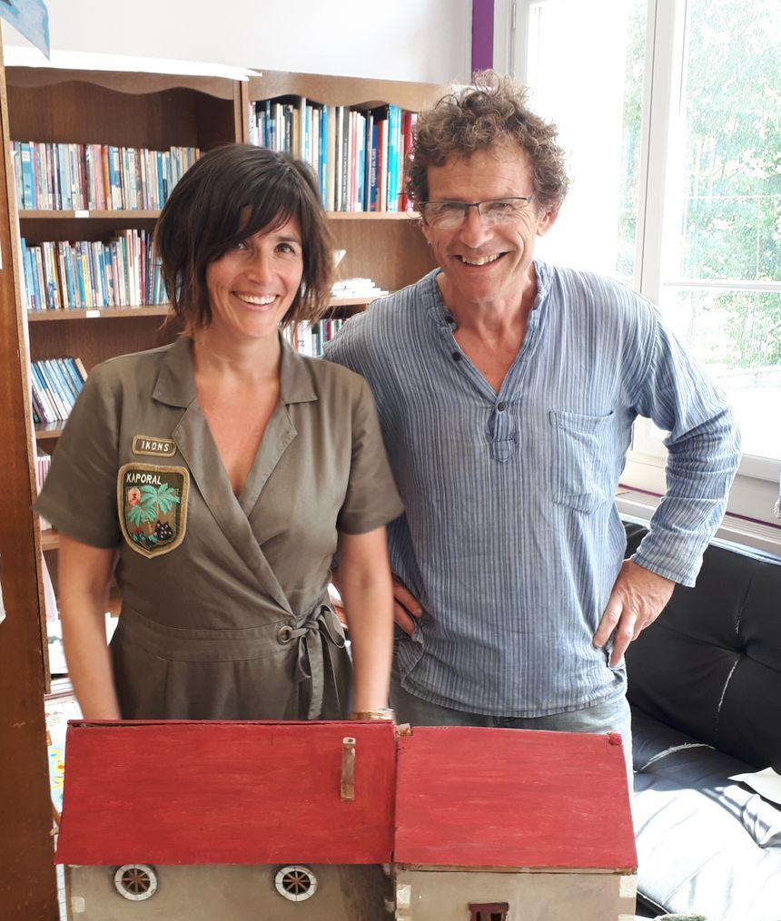 Yves Perelli, le gérant du moulin et Marie Buron, l'enseignante des CM1 de Saints.