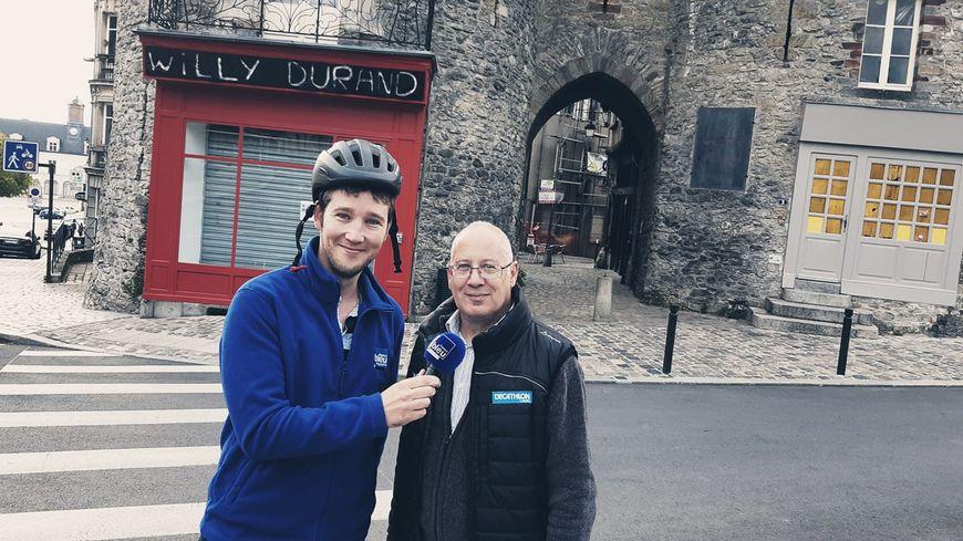 Michel Dauverne devant la porte Beucheresse à Laval.