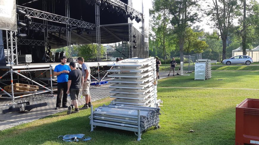Pour éviter les grosses chaleurs, les horaires ont été aménagés, tôt le matin ou tard le soir, pour les techniciens chargés du montage de la scène