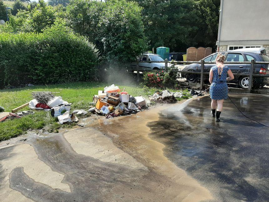 Même après plusieurs passages au Kärcher, de la boue reste au sol