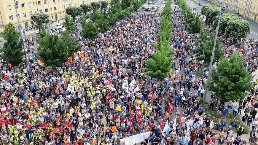 Entre 5.000 et 8.000 personnes ont défilé ce samedi dans les rues de Belfort, ici le rassemblement devant la Maison du peuple à 14h.