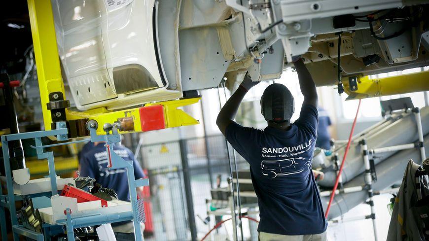 Les salariés de l'usine de Sandouville assemblent le Trafic, un véhicule utilitaire