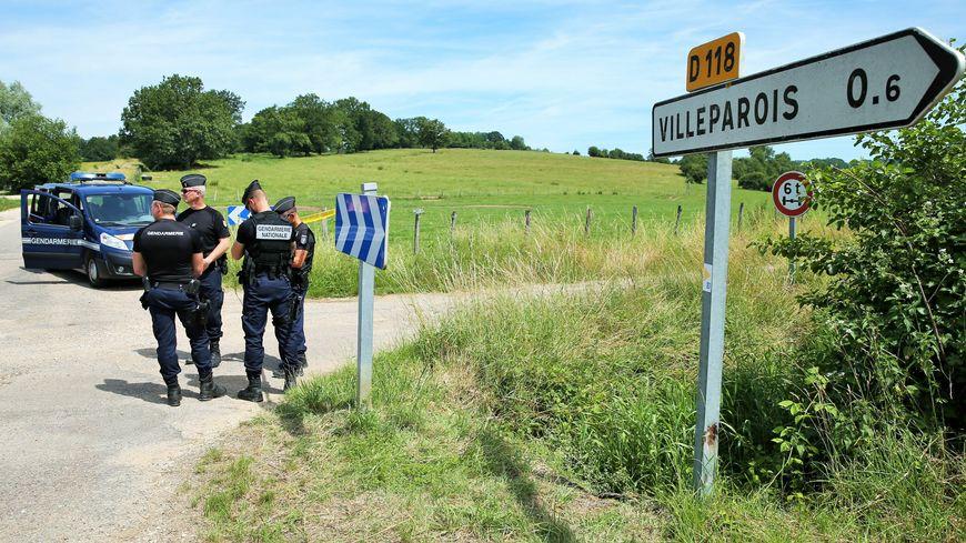 Les deux corps ont été retrouvés dans un bois à la sortie du village.