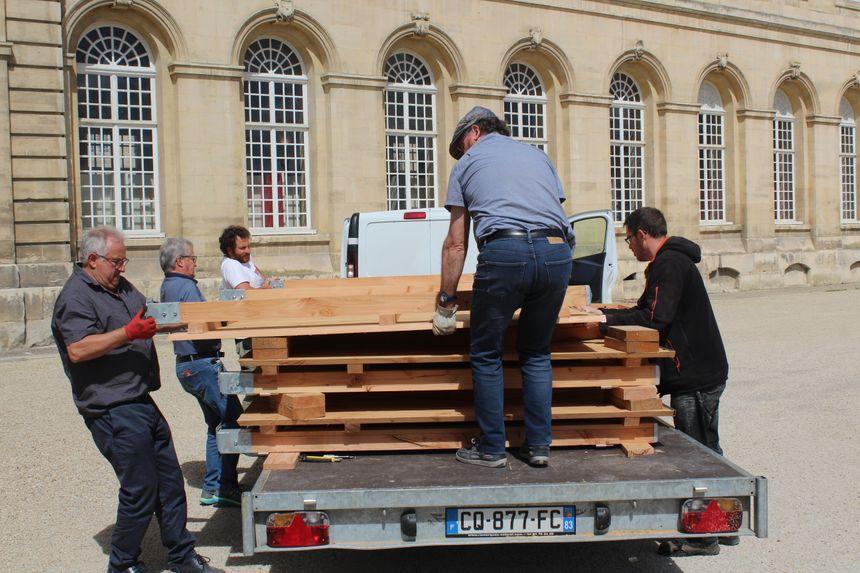 Il a bien fallu 2 heures aux membres de l'association pour décharger et monter les panneaux... qui pèsent plus de 250 kilos!