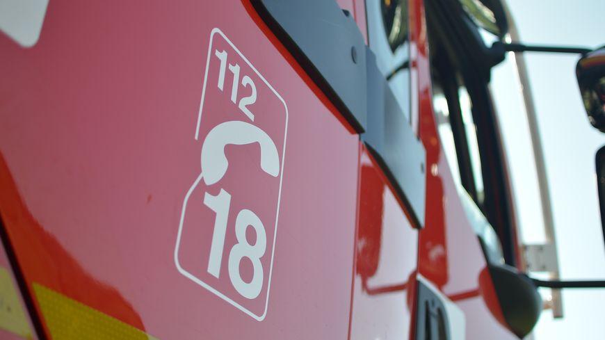 Gros plan sur la portière d'un camion de pompier, à Roanne, en juin 2019.
