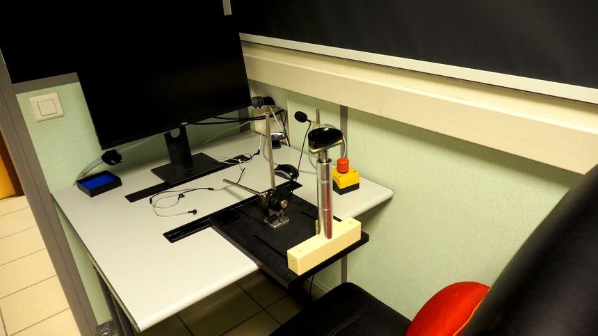 Le siège où s'installer afin de d'observer les images d'aliments, le casque encéphalogramme sur la tête