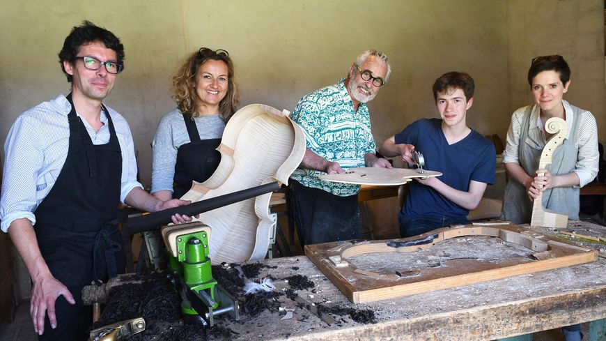 Soni, entouré des différents luthiers ayant travaillé sur son violoncelle.