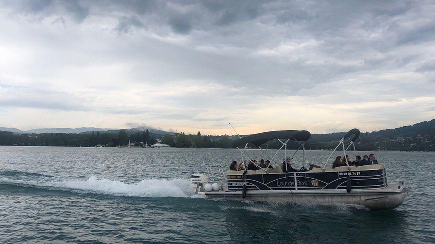 A compter du 29 juin, un service de navettes lacustres permet de pour rejoindre les différentes plages du lac d'Annecy.