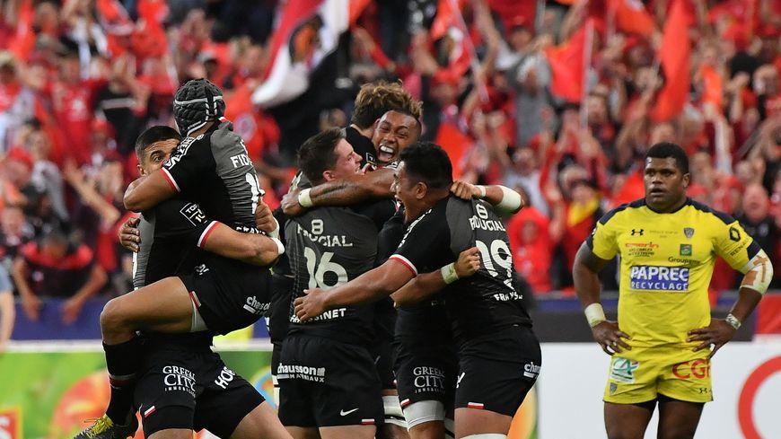 Explosion de joie des joueurs du Stade Toulousain après leur victoire contre Clermont