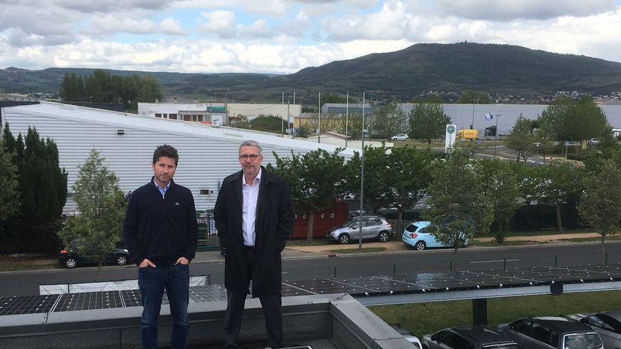 Thomas Sallès et Pierre-François Mangeon devant les panneaux photovoltaïques de l'entreprise