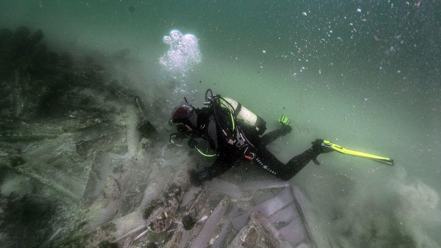 Plongeur explorant les lingots de plomb du Concord.