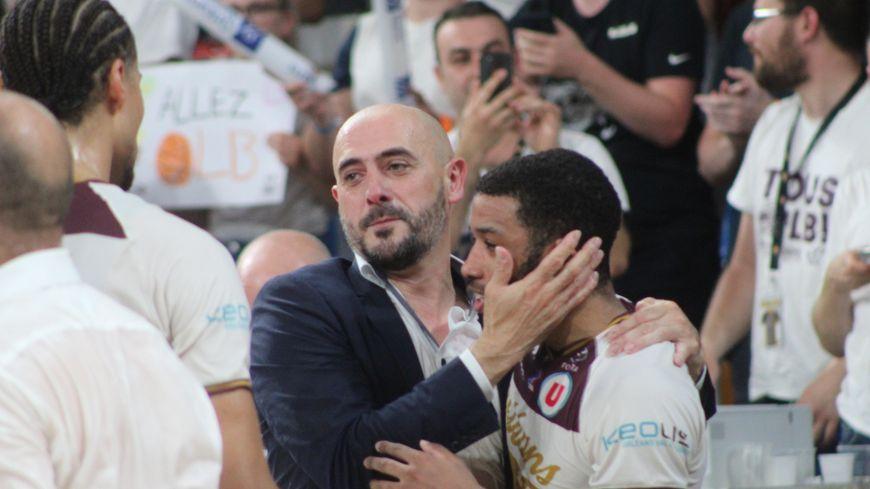 Germain Castano congratule Brandon Jefferson, meilleur joueur du match, après la victoire orléanaise face à Rouen