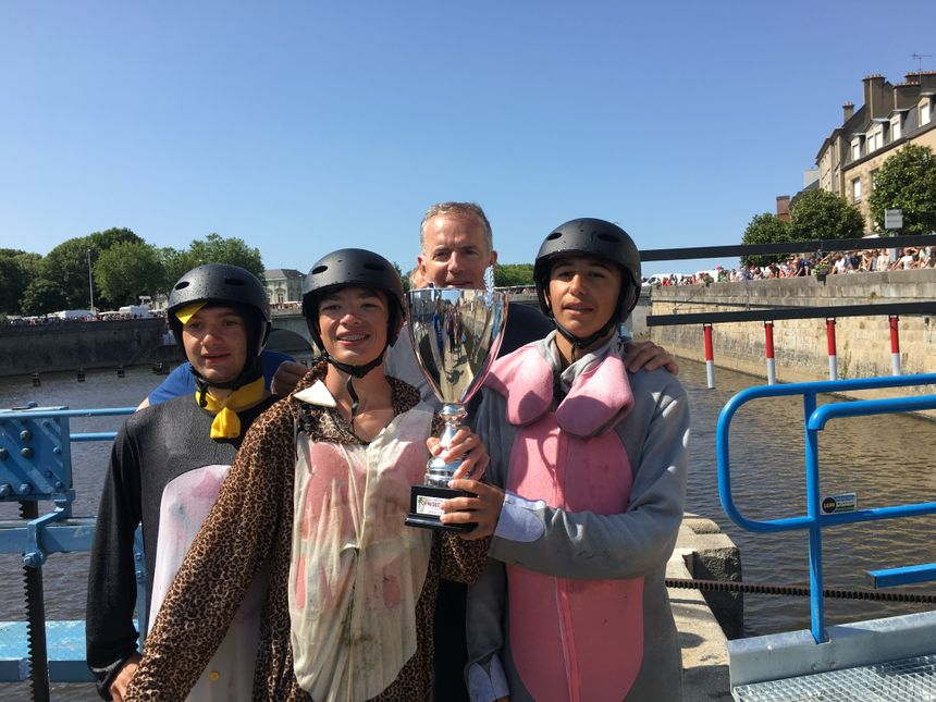 Hugo, Noé et Sofiane de l'équipe gagnante. Le maire de Laval, François Zocchetto qui sort de la coupe.