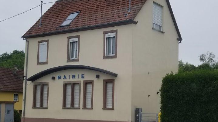 Les tags ont été découverts vendredi 21 juin sur la mairie de Schirrhoffen, dans le Bas-Rhin.