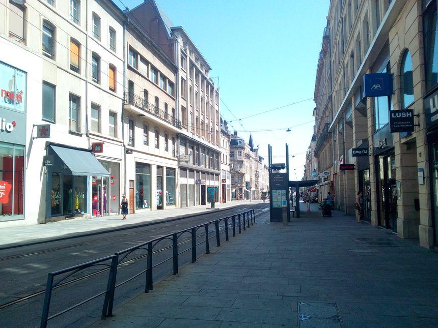 La rue Saint-Jean à Nancy quasi déserte le premier dimanche des soldes d'été, le 30 juin 2019.