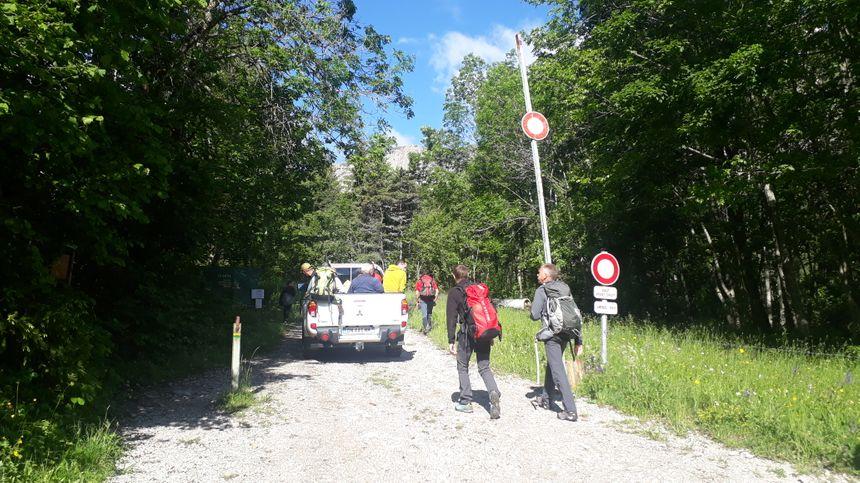 C'est parti pour l'ascension du Mont Aiguille. Le matériel est transporté en voiture les 500 premiers mètres, puis à dos d'homme.