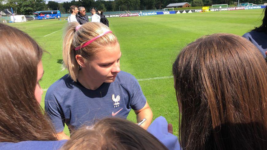 Eugénie Le Sommer et les autres joueuses ont pris du temps pour signer quelques autographes