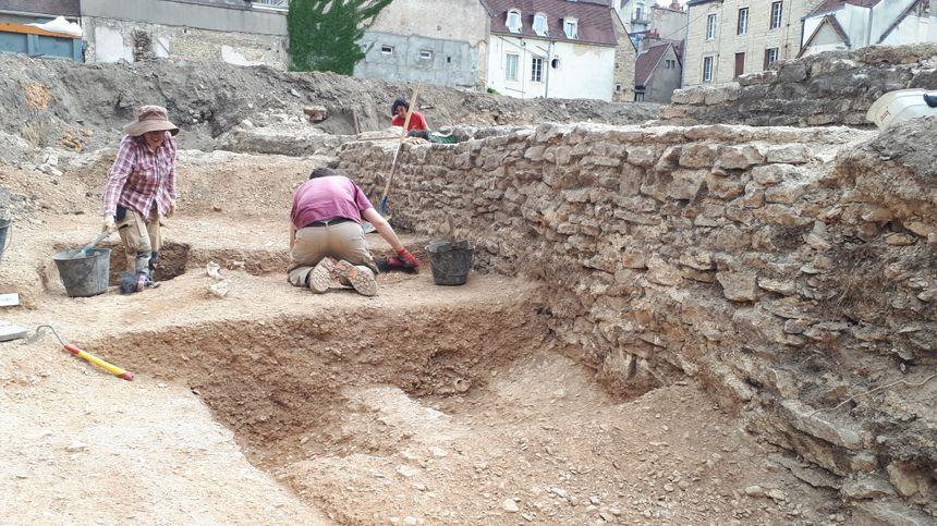 Les archéologues de l'INRAP ont découvert sur ce chantier en plein Dijon, les traces d'un large fossé d'époque romaine.