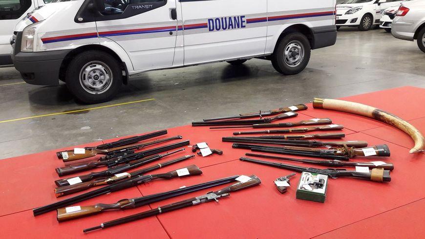 Des fusils, des munitions et une défense d'éléphant retrouvés chez un ancien armurier soupçonné de trafic d'armes à Saint-Martin-le-Vinoux