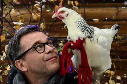 """L'acteur français Guillaume de Tonquedec et la poule Roxane posent pendant la projection du film """"Roxane"""" pendant le Festival international du film d'humour à L'Alpe d'Huez le 17 janvier 2019."""