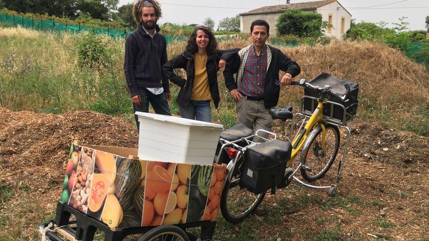 """Pour leur collecte, les bénévoles ont récupéré un ancien vélo de La Poste et y ont ajouté une remorque """"faite maison""""."""