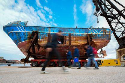 La carcasse du « Barca Nostra », un navire transportant des migrants qui a chaviré en 2015, noyant des centaines de passagers, est exposée actuellement à la Biennale de Venise.