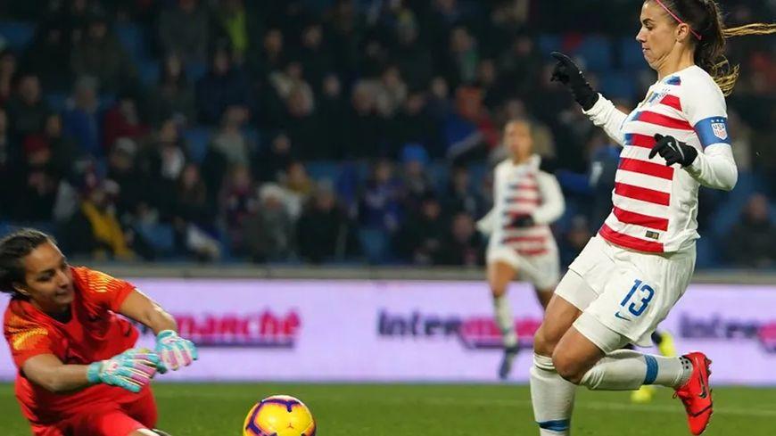 La gardienne tricolore Sarah Bouhaddi face à l'attaquante américaine Alex Morgan en janvier 2019 © AFP - Action Foto Sport / NurPhoto