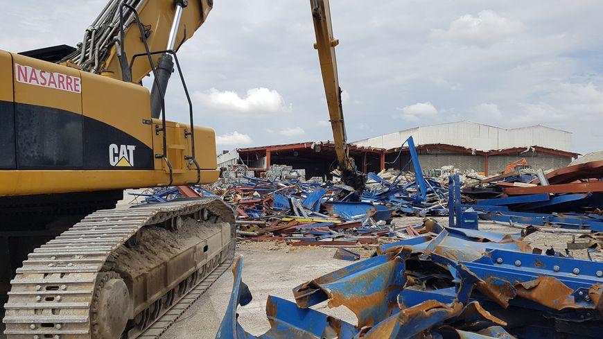 Le site est en cours de déconstruction ; les matériaux sont triés sur place, et 96% sont revalorisés.